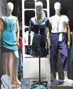Escaparate en tonos azules con grandes descuentos. Dos vestidos de Lavand en liso o estampado por 34€ cada uno y un conjunto de pantalón azul marino y blusa cruda con bordados y manga asimétrica. Aprovecha las Rebajas de hasta el 70% también en shop online #rebajas2017 #descuentos #multimarca #fashion
