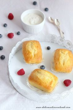 Ecco la colazione ideale per me e per i miei bimbi, un genuino dolce fatto in casa, yogurt e tanta frutta fresca... Ecco a voi i plumcake ...
