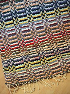 Polypropylene – The Most Popular Area Rug Fiber – How To Choose An Area Rug Loom Knitting Patterns, Knitting Stitches, Stitch Patterns, Knitting Tutorials, Free Knitting, Loom Weaving, Hand Weaving, Weaving Projects, Recycled Fabric