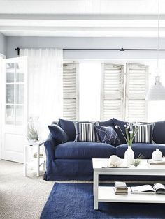 Navy living room inspiration 12 Chic Hamptons Style Navy Living Rooms to Inspire You. Blue Couch Living Room, Blue And White Living Room, Navy Living Rooms, Coastal Living Rooms, Chic Living Room, Home Living Room, Living Room Designs, Living Room Decor, Piece A Vivre
