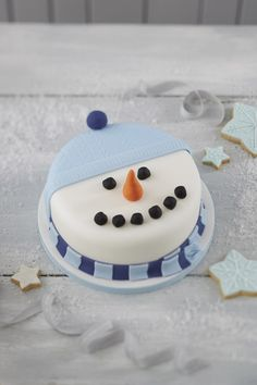 How to Make a Snowman Christmas Cake. Go for a less traditional cake this Christmas, and have a go at this Snowman cake! The kids will love his cheery face, and it's easy to make - they can even get involved too. Christmas Cake Designs, Christmas Cake Decorations, Holiday Cakes, Christmas Desserts, Christmas Baking, Christmas Christmas, Christmas Cookies, Outdoor Christmas, Christmas Wedding