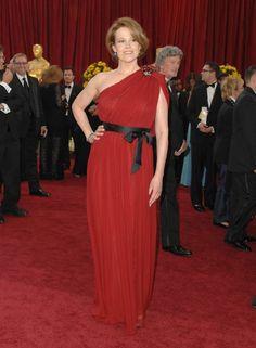 Sygourney Weaver, con un vestido rojo con cinturón de Lanvin, en la gala de los Oscar de 2010. No ha estado nominada desde los años 80.  (CORBIS)
