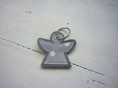 Cute keychain made of gray felt with appliqué made of oilcloth. On W … - Pillow Shop Small Pillow Covers, Small Pillows, Valentine Day Gifts, Valentines, Felt Crafts Diy, Diy Mode, Small Sewing Projects, Cute Keychain, Textiles