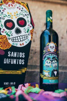 Santos Difuntos es un Vino mexicano con aromas a arándanos, frutos rojos, caramelo y ligeros ahumados.