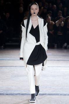 Yohji Yamamoto Fall 2016 Ready-to-Wear Fashion Show