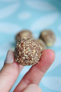Chocolate Peanut Protein Balls Recipe that only take 5 minutes to make. Perfect pre and post workout snack! Vegan and Gluten free protein ball recipe. Vegan Treats, Vegan Snacks, Vegan Desserts, Raw Food Recipes, Snack Recipes, Cooking Recipes, Pb2 Recipes, Protein Recipes, Vegan Food