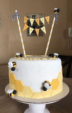 """""""I love yellow and I love bees"""" cake """"Ich liebe Gelb und ich liebe Bienenkuchen"""" Bee Birthday Cake, Yellow Birthday Cakes, Bumble Bee Cake, Honeycomb Cake, Bee Cakes, Honey Cake, Pretty Cakes, Baby Shower Cakes, Themed Cakes"""