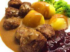 Köttbullar med gräddsås Swedish Recipes, Sweet Recipes, Weekly Menu, Recipes From Heaven, Lchf, Food Inspiration, Cooking Tips, Food Porn, Dinner Recipes