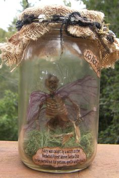 Captured Dead Fairy In A Jar halloween manualidades Halloween Prop, Halloween Tags, Halloween Fairy, Diy Halloween Decorations, Holidays Halloween, Halloween Crafts, Weird Halloween Costumes, Halloween Garden Ideas, Fairy Decorations