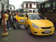 Imprudencia Taxista mal estacionado para que descienda pasajero quien abre la puerta y en el mismo instante pasa el motociclista. Sin víctimas. Vía Jaime Di Capote