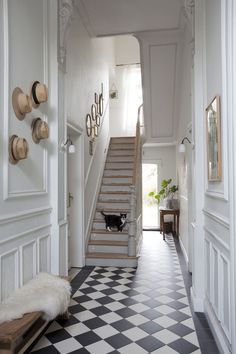 Lambrisering en ornamentering Victorian Hallway, Victorian Terrace, Hallway Decorating, Interior Decorating, Interior Design, Hall Flooring, Tiled Hallway, Hallway Inspiration, Staircase Makeover