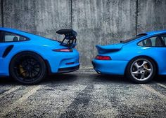 Blue poison! Left or Right?! 🤔  Picture Credit: @ddwcarsinaz 1. Model: Porsche 993 Turbo  Engine: 3.6 lite - flatsix (aircooled/Turbo) Power: 408 PS Torque: 540 Nm Transmission: 6 speed - manual 0 - 100 km/h: 4.5 sec. Topspeed: > 290 km/h  2. Model: Porsche 991 GT3 RS Engine: 4.0 litre- flatsix (n.a.) Power: 500 PS Torque: 460 Nm Transmission: 7 speed - PDK 0 - 100 km/h: 3.3 sec. Topspeed: > 310 km/h  #porsche #911 #991 #993 #supercar #hypercar #passion #racing #porscheist #goodlife #new…