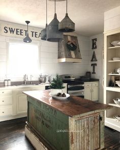 It's another super COLD day here! I know, I know it's all I talk about these days, but y'all I HATE the cold 😖. What's your Wednesday looking like? Have a ✨beautiful✨ day my friends ❤️ Barn Kitchen, Farmhouse Kitchen Decor, Country Kitchen, New Kitchen, Kitchen Dining, Inspire Me Home Decor, Cuisines Design, Interior Design Living Room, Home Kitchens