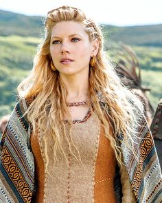 Lagertha (Katheryn Winnick) from the History channels TV series 'Vikings' season 3 ep I adore the woven wrap, it's exactly how I imagined Juniper's to be from the Monica furlong book. Katheryn Winnick Vikings, Lagertha Vikings, Lagertha Hair, Costume Viking, Viking Dress, Vikings Show, Vikings Tv Series, Vikings Season, Ragnar Lothbrok