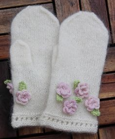 Isolde White-Hands is a very simple mitten (or fingerless mitt or gauntlet) with eyelets embellished with crocheted roses and leaves.