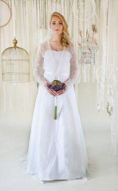 mona berg Kollektion 2017, Klarissa. Es ist ein figurnahes Brautkleid, welches Hüftbetont ist und dann erst die Rockweite durch eingelegte Kellerfalten frei gibt. Darüber haben wir unseren Spitzenmantel Malina gestylt.