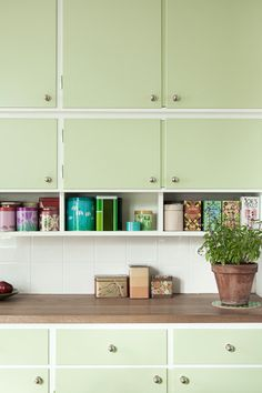 Mint green kitchen cabinets for vintage kitchen design Living Room Interior, Kitchen Interior, Kitchen Decor, Kitchen Design, Kitchen On A Budget, New Kitchen, Modern Retro Kitchen, 1950s Kitchen, Green Kitchen