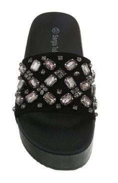 Platformované šľapky remienkom zdobeným kamienkami. Šľapky si zamilujete vďaka ich pohodlnosti a nadčasovému dizajnu od výrobcu Sergio Todzi. Pool Slides, Platform, Sandals, Shoes, Fashion, Moda, Shoes Sandals, Zapatos, Shoes Outlet