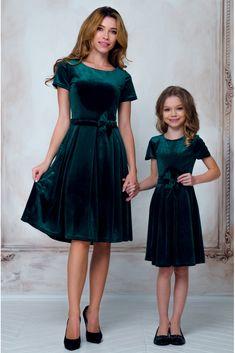 Сукня для мами оксамитова з пишною спідницею та поясом-бантом • колір: темно-зелений • інтернет магазин • vilenna.ua