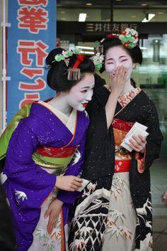 oiran-geisha: The maiko Mamefuji and Mamekiku from Tama okiya! Their kimono… ♥.♥…