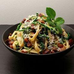 Savojkål i fløde med pasta og bacon Pork Recipes, Healthy Recipes, Bacon, Dinner Is Served, Recipes From Heaven, Easy Cooking, Food Inspiration, Meal Planning, Dinner Recipes