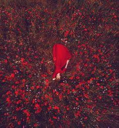 Ταξιδεύει τον κόσμο και φωτογραφίζει γυναίκες με υπέροχα φορέματα σε ασορτί περιβάλλον - Τι λες τώρα;