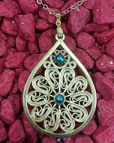 Dije dorado en filigrana bañado en oro de 24 k perla cultivada de color azul