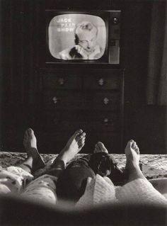 Cornell Capa - Jack Paar waching his own late night TV show. 1957 - screen - tv