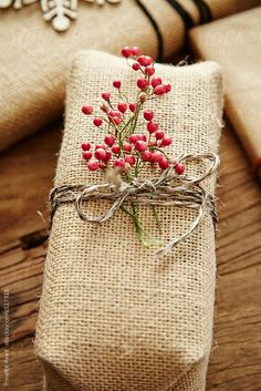 Christmas present with homemade burlap wrapping paper and berriesYou can find Wrapping papers and more on our website.Christmas present with homemade burlap wra. Creative Gift Wrapping, Present Wrapping, Creative Gifts, Wrapping Ideas, Diy Wrapping Paper, Wrapping Papers, Christmas Gift Wrapping, Diy Christmas Gifts, Holiday Gifts