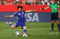 女子サッカーW杯カナダ大会・準決勝、日本対イングランド。先制のPKを決める宮間あや(2015年7月1日撮影)。(c)AFP/Getty Images/Kevin C. Cox ▼2Jul2015AFP|なでしこジャパンが米国との決勝に進出、W杯連覇に王手 http://www.afpbb.com/articles/-/3053365 #2015_FIFA_Womens_World_Cup #Semifinal_Japan_vs_England