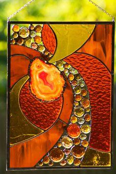 Une journée dautomne croquante... photo parfaite ! Rouge cramoisi, teintes or et orange parsèment les arbres créant un chef-dœuvre en pointillisme. Le soleil au-delà de léternité, des pointes à travers les feuilles laissant son patron sur le terrain. Une teinte de combustion du bois... réconfortant. Lautomne... un réveil des sens mon préféré saison... Lautomne, décrit par la création de vitraux. Il sagit dune pièce sur mesure. Jai utilisé la méthode de clinquant de cuivre style Tiffany po...