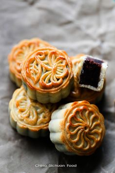 Delicious Chinese Cake For Traditional Lunar Festival: 55 Mooncake Ideas - Food Asian Desserts, Asian Recipes, Chinese Desserts, Chinese Recipes, Chinese Moon Cake, Mooncake Recipe, Cooking Chinese Food, Korean Food, Bean Cakes