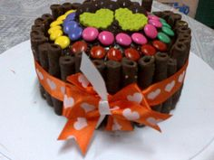 Torta de chocolate decorada con confites