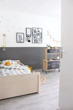 Kinderkamer inspiratie, peuterkamer van een jongen. Antraciet stoer maar met een vleugje kleur en mosterd geel. Meer info ----> op het blog