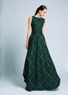 В клетчатом длинном платье женщина всегда заметна, а при удачном выборе фасона и остальных составляющих образа, такой наряд способен превратить свою хозяйку в настоящую королеву.