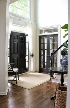 I must admit that I am obsessed with black interior doors. BLACK IS BACK and considered to be the new neutral. Interior black doors look good in any style home and with most paint and floor colors. Design Entrée, Deco Design, House Design, Design Ideas, Design Inspiration, Foyer Design, Urban Design, Interior Inspiration, Design Trends