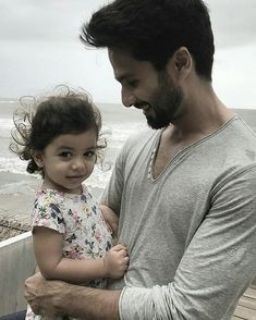 Shahid Kapoor turns 'Worlds Handiest Dad' to Misha Kapoor in this adorable UNSEEN photograph; Test it out Bollywood Stars, Bollywood Fashion, Misha Kapoor, Worlds Best Dad, Shahid Kapoor, Cute Actors, Bollywood Celebrities, Wood Projects, Actors & Actresses