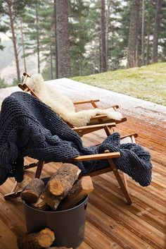 〚 Cozy wooden house in the middle of forest in Spain 〛 ◾ Photos ◾Ideas◾ Design Ski Chalet, Chalet Modern, Casa Hygge, Ideas Cabaña, Country Lifestyle, Canada Lifestyle, Cabin In The Woods, Cabin Interiors, Indian Rugs