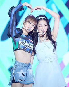 Shared by ♡♡Rosé♡Park♡♡. Find images and videos about rose, blackpink and lisa on We Heart It - the app to get lost in what you love. Kim Jennie, Lisa Black Pink, Black Pink Kpop, Kpop Girl Groups, Korean Girl Groups, Kpop Girls, Blackpink Jisoo, Forever Young, Yg Entertainment