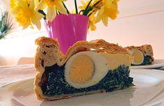 Recept pochází z Ligurie a je typickou ozdobou italské velikonoční tabule. Zelená náplň symbolizuje přicházející jaro a vejce uprostřed o... Food Inspiration, Quiche, Panna Cotta, Cheesecake, Ethnic Recipes, Pizza, Dulce De Leche, Cheesecakes, Quiches