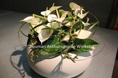 Een tafelschikking met anthurium soort Whisper in combinatie met anthurium blad en lilly grass.