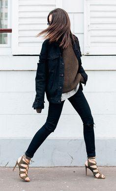 Street style look com calça jeans e sandália.