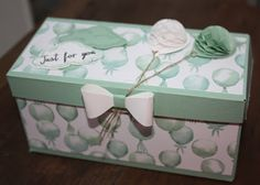 Gift Box Oblong box with illustrated instructions, Gift Bag Punchboard, SU, Balloons, . Diy Gift Box, Diy Box, Gift Boxes, 3d Paper Crafts, Diy And Crafts, Card In A Box, Stampin Up, Envelope Punch Board, Exploding Boxes