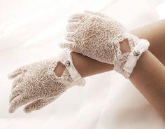 Delikatne rękawiczki komunijne