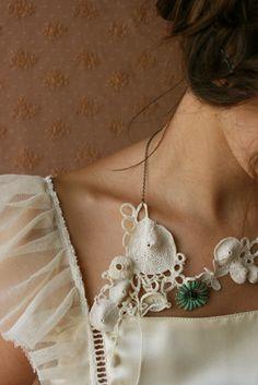 Collier Hortense, crochet, pièce unique, Ivoire. Crédit photo: Delphine Grelier, Modèle: Ophélie.