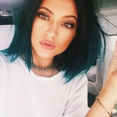 Absolutely LOVING Kylie Jenner's pouty nude lip and soft smokey eye! Her new look is fabulous.