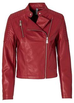 Confira:Jaqueta de couro sintético descontraída, em estilo biker, com zíperes deslocados.