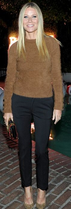 75c8651ea689 Gwyneth Paltrow s brown sweater and print bag Garance