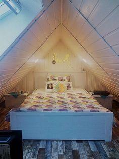 Gemütliche Schräglage - Großes, weißes Holzbett in gemütlichem Schlafzimmer in Bremen #Bremen #Schlafzimmer #Dachschräge