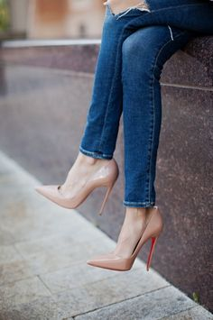 Nude Pointed Toe Stiletto Pumps. Christian Louboutin. Tacchi Close-Up #Shoes #Tacones #Heels